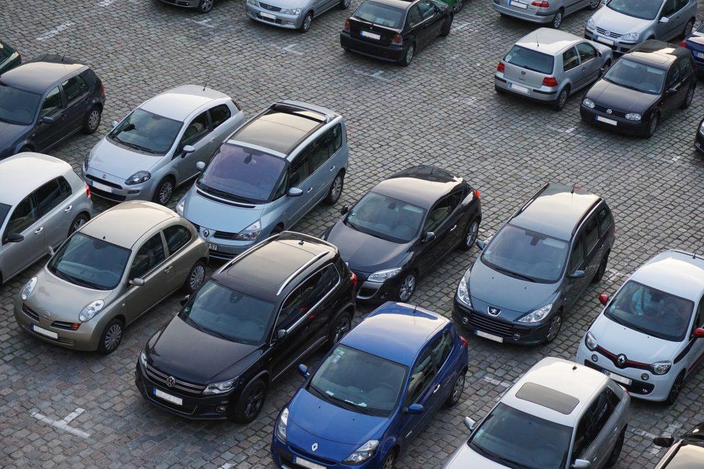 Carros enfileirados em estacionamento