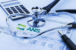Planilhas de contas com o logotipo da ANS embaixo de uma calculadora e um estetoscópio
