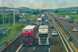 Imagem mostra caminhões trafegando em estrada