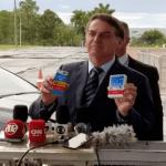 Ao centro, o presidente Jair Bolsonaro, segurando caixas do medicamento cloroquina