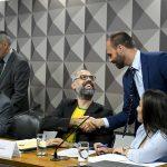 O blogueiro Allan dos Santos é cumprimentado pelo deputado Eduardo Bolsonaro