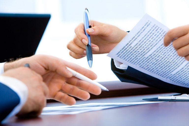 Foto mostrpessoa com caneta na mão durante assinatura de contrato