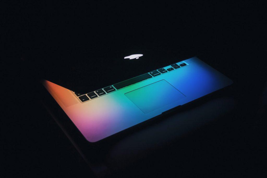 Recentemente, um caso envolvendo empresas de tecnologia norte americanas chamou a atenção: a atual disputa entre Apple e Epic Games.