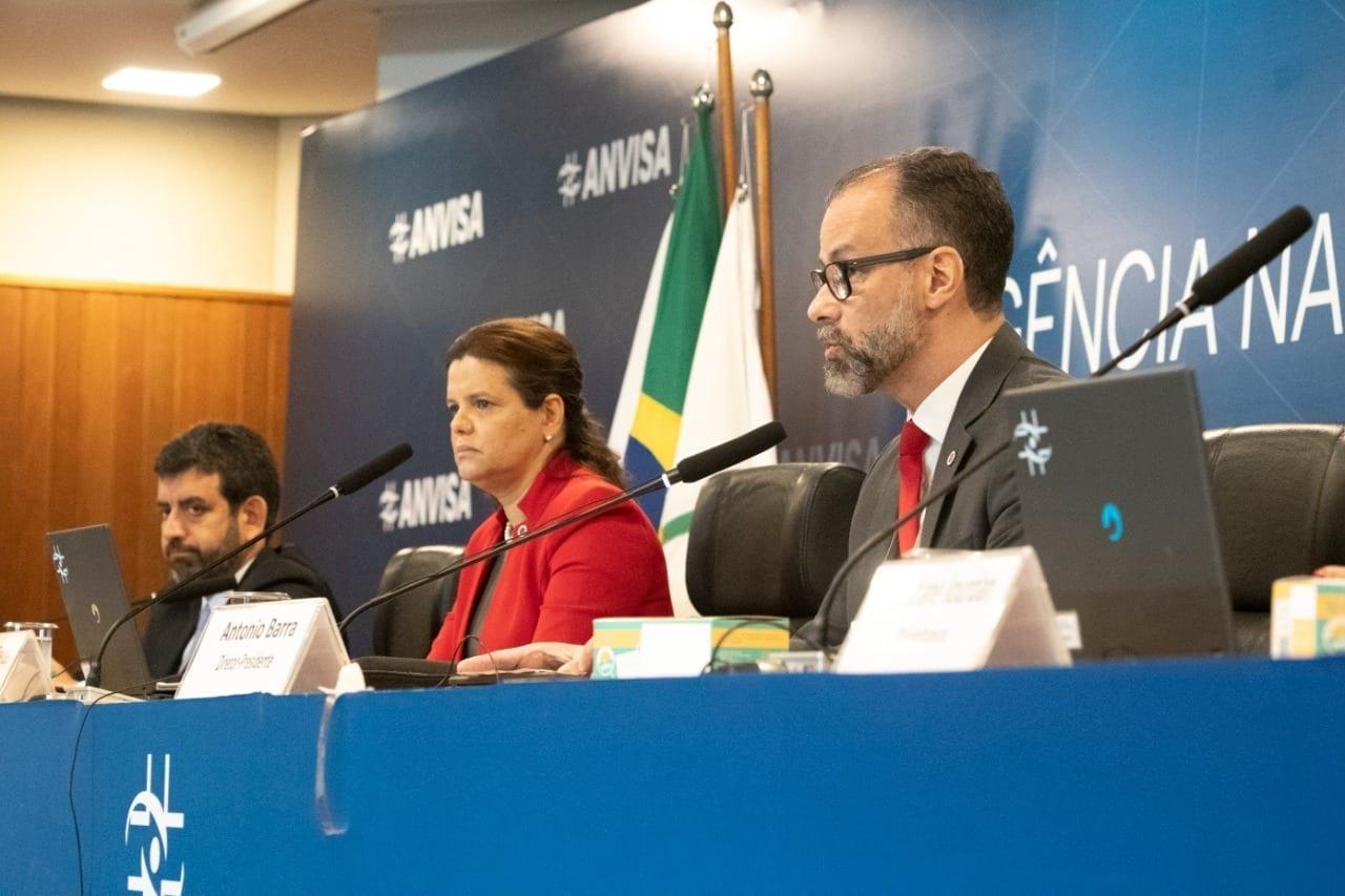 Meiruze Freitas, diretora da Anvisa, entre o presidente da agência, Antonio Barra Torres, e o diretor Alex Campos. (Foto: Anvisa)