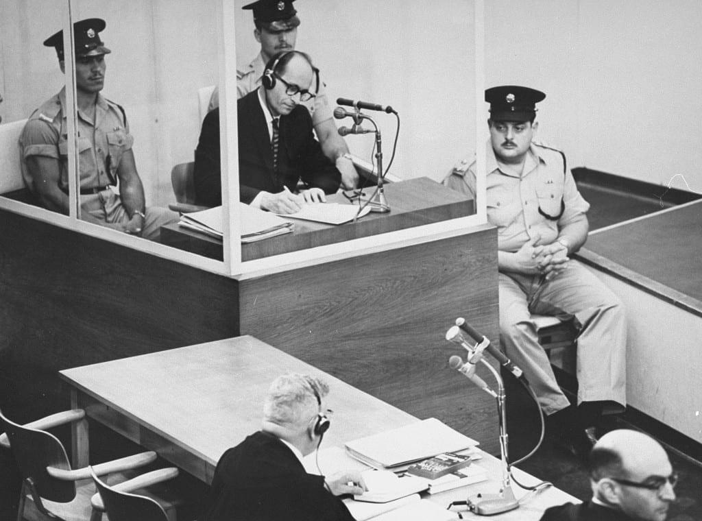 Imagem mostra o nazista Adolf Eichmann sendo julgado em Jerusalém em 1961