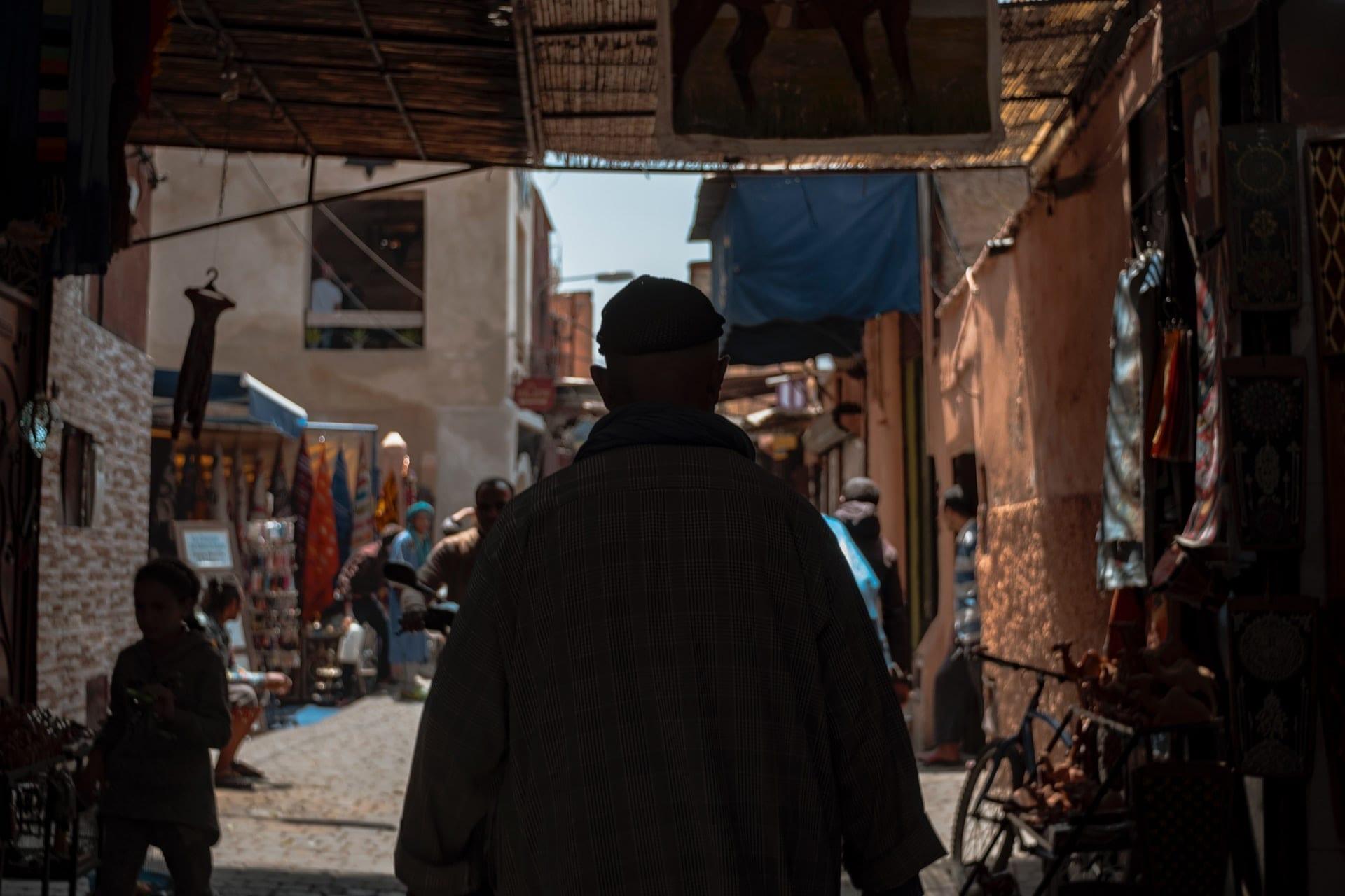 Imagem mostra homem em perseguição, stalking