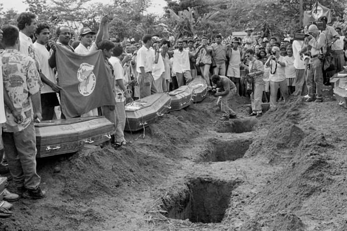 Foto mostra o Enterro de vítimas do massacre de Eldorado dos Carajás