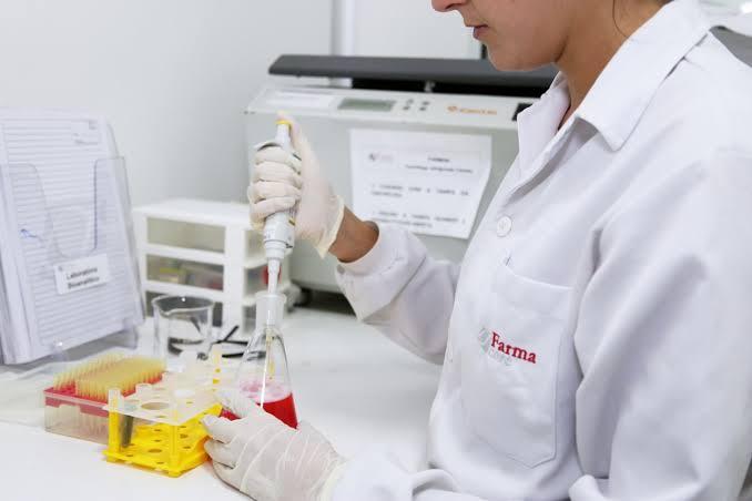 Cientista da empresa Farmacore manipula componentes de vacina contra a Covid
