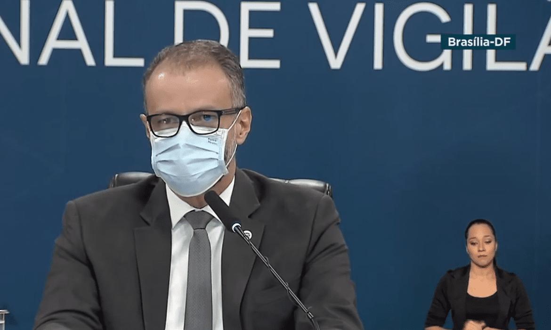 Presidente da Anvisa, de mascara, rebate acusações feitas por representantes da vacina russa Sputnik