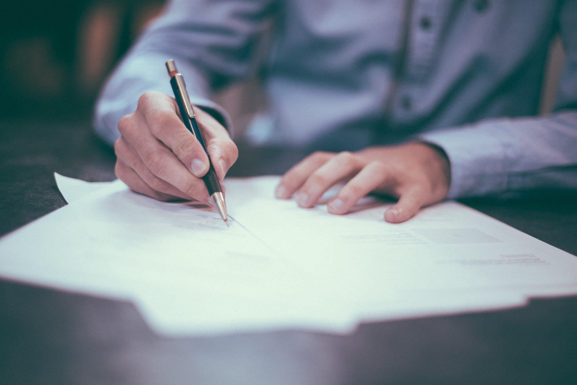 Imagem mostra assinatura de um documento