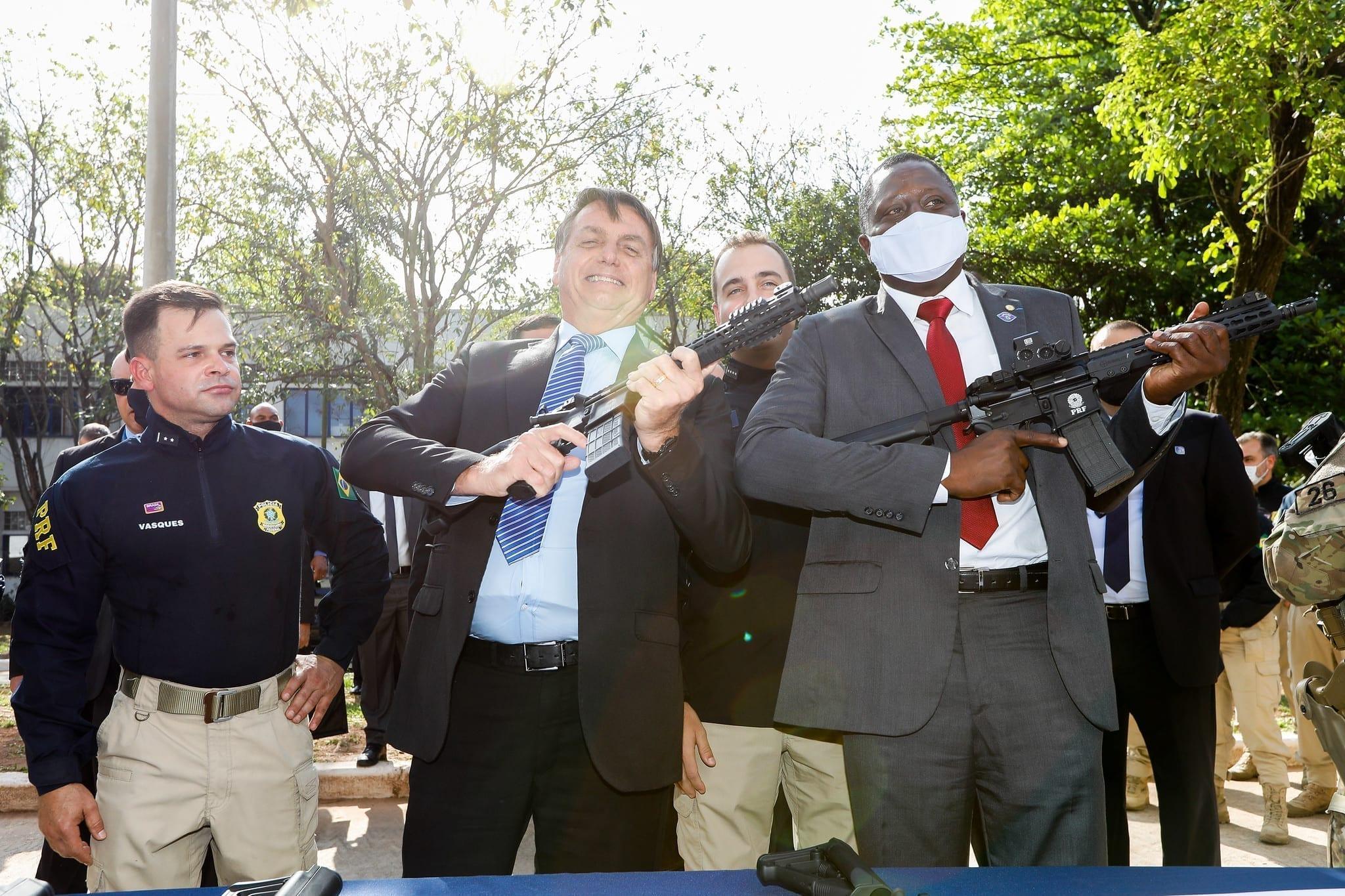 O presidente Jair Bolsonaro empunha um fuzil em ato na Polícia Rodoviária Federal