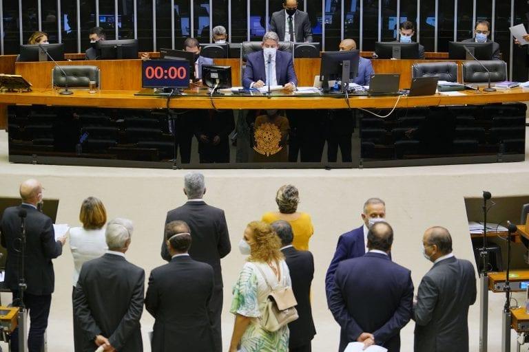 Sessão da Câmara para votar a MP da Eletrobras. No centro da foto o presidente da Casa, Arthur Lira, e demais membros da Mesa Diretora
