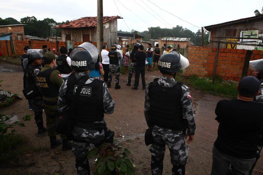 Foto mostra Polícia Militar cumprindo mandado de reintegração de posse em terreno em Ananindeua, no Pará
