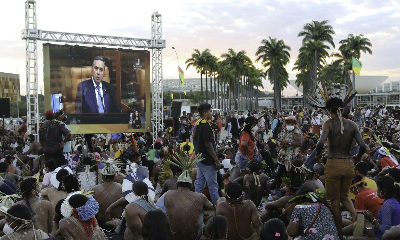 Indígenas de várias etnias acompanham em frente ao STF a possível votação do chamado marco temporal indígena