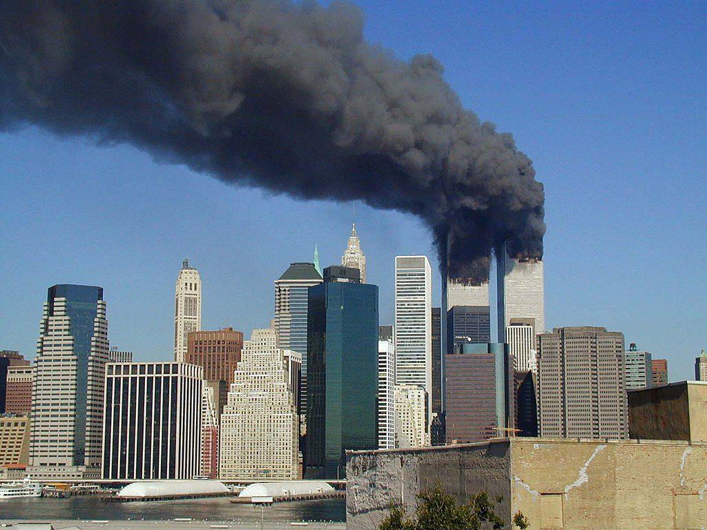 Torres Gêmeas em chamas, minutos depois do ataque terrorista de 11 de Setembro